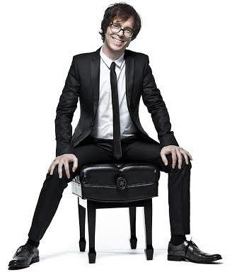 Foto de Ben Folds muy elegante al terno