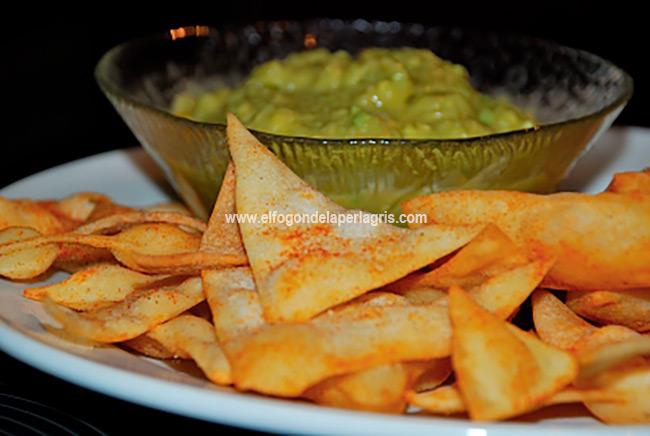 Nachos caseros con guacamole