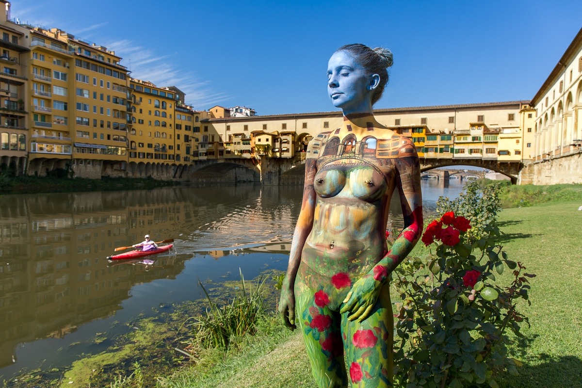 05-Ponte-Vecchio-Florence-Trina-Merry-Body-Painting-on-location-in-Tuscany-Italy-www-designstack-co