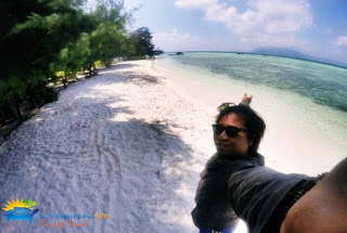 Wisatawan Foto Selfie di Pulau Cemara