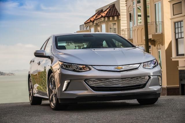 Front 3/4 view of 2017 Chevrolet Volt