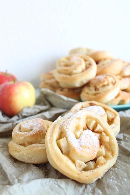 Party-Büffet mit süßen Hefeschnecken mit Apfel