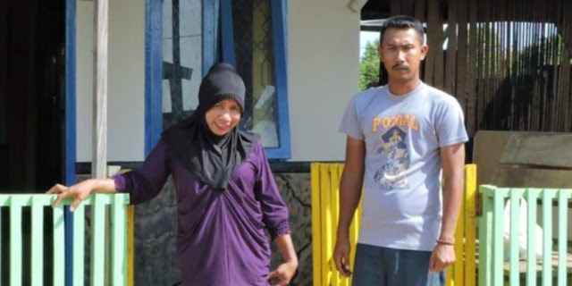 Abdikan Diri Demi Ajar 113 Anak Suku Asmat, Guru Berhijab Ini Rela Tidak Dibayar