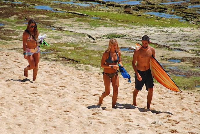 Surfistas en la arena