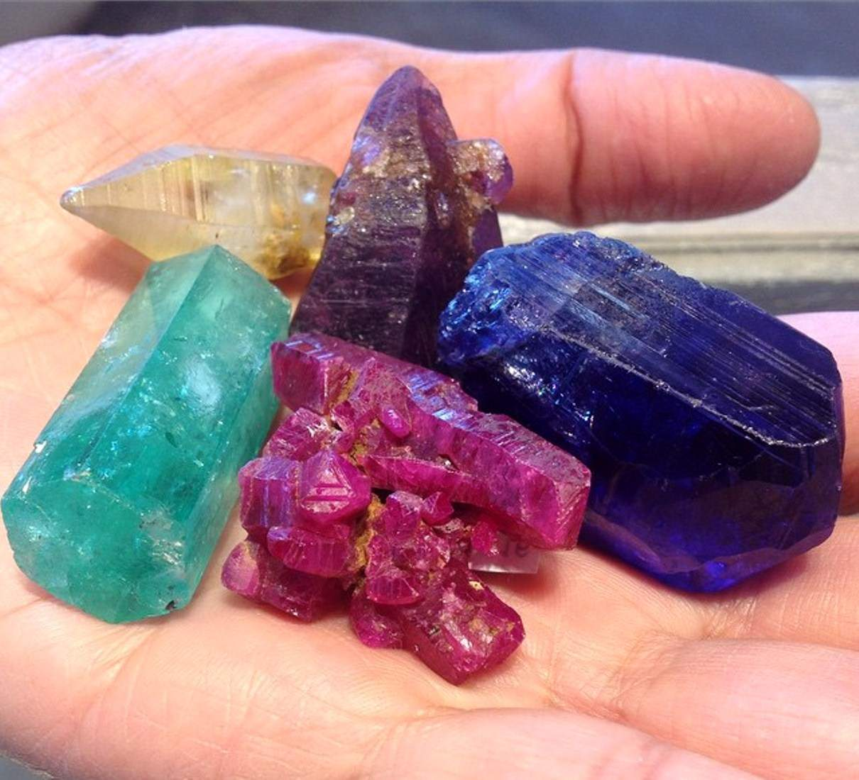 How to Identify Minerals in 10 Steps (Photos)