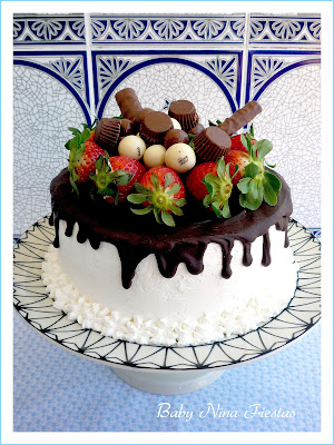 Tarta decorada con chocolate y fresas.