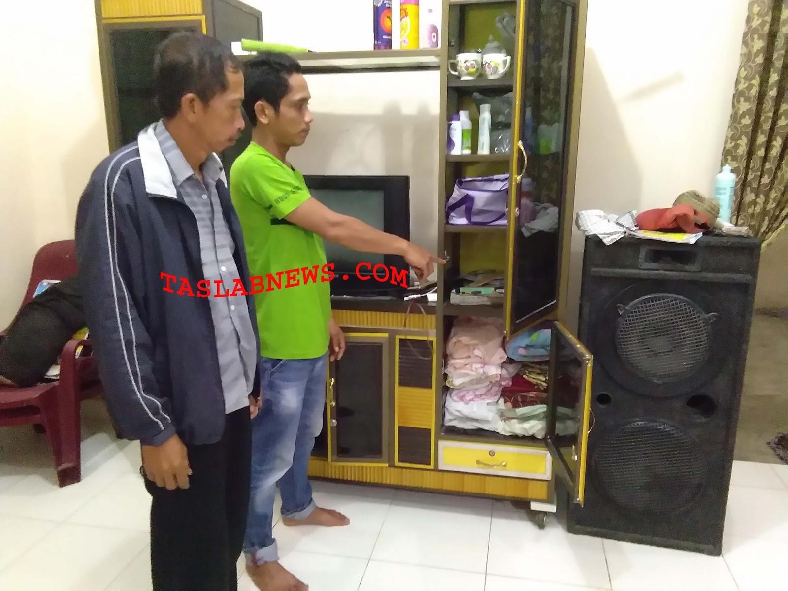 Juliandi pemilik rumah didampingi Kepala Dusun Nasib saat menunjunjukkan bagian rumahnya yang digeledah personil Polres Batubara.