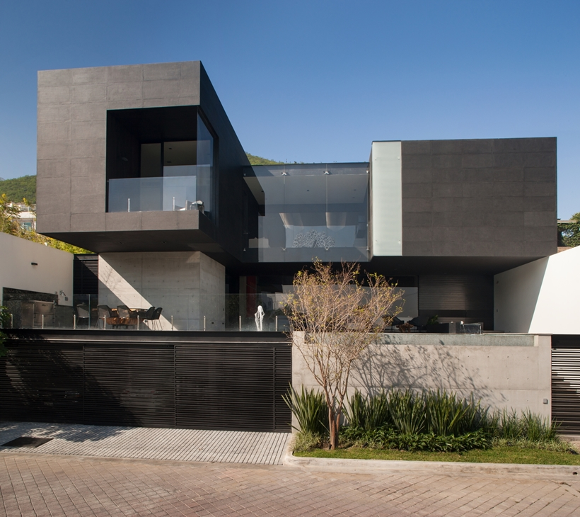 Street facade of Dominant modern mansion by GLR Arquitectos