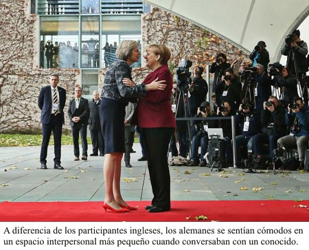 Abrazo entre Angela Merkel y Theresa May