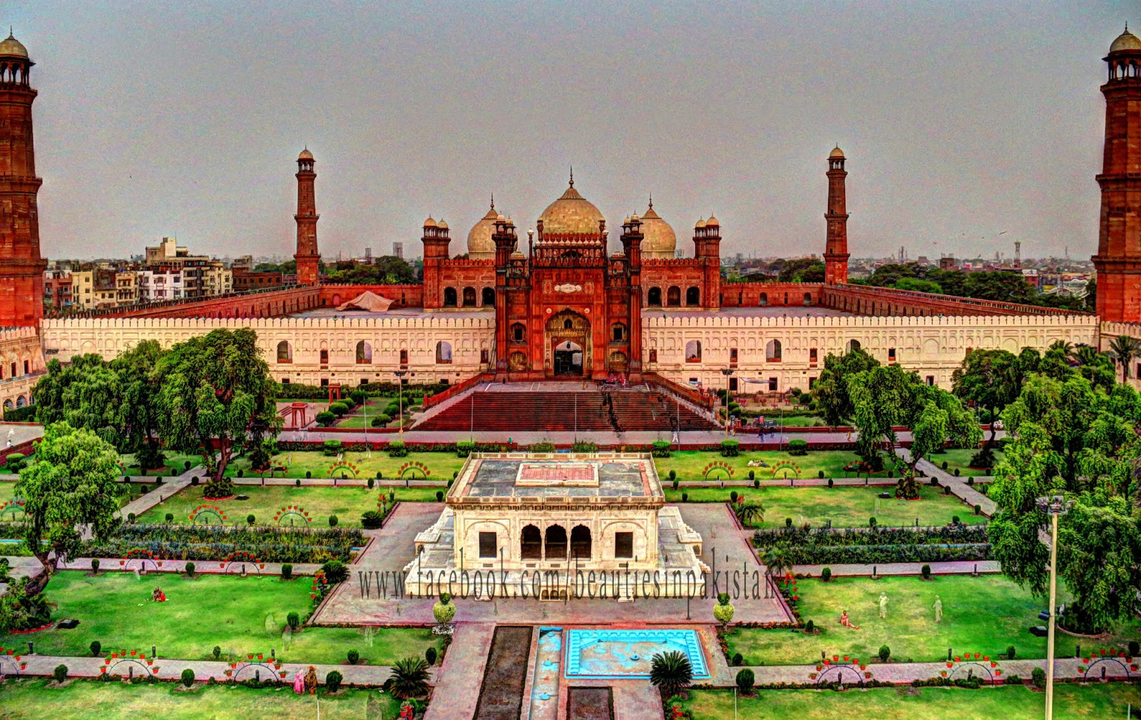 badshahi mosque Lahore: as part of his tour in pakistan for 'london is open' campaign, mayor of  london sadiq khan paid a visit to the historical badshahi.
