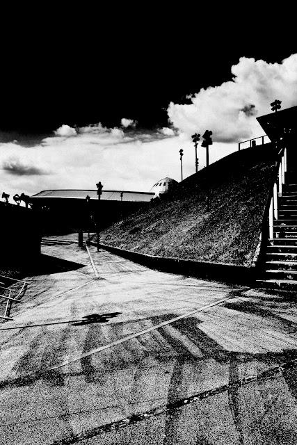 Katowice, Spodek. Krajobraz miejski. Fotografia czarno-biała. Fotografia odklejona. fot. Łukasz Cyrus