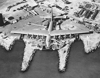 Fotografía del Hughes H-4 Hercules en el muelle