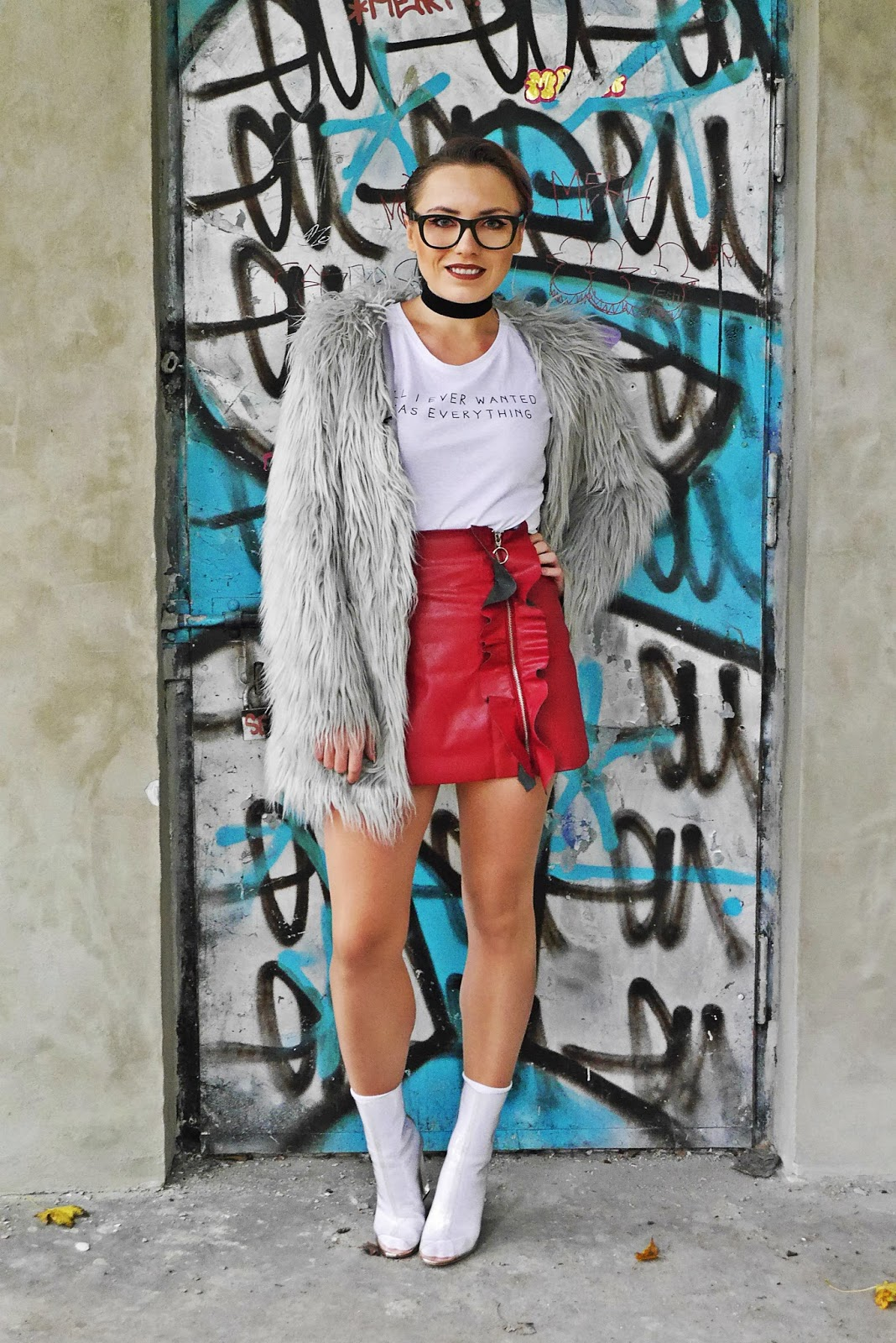 7_leather_skirt_ruffle_white_top_yezzy_shoes_karyn_blog_modowy_191017as