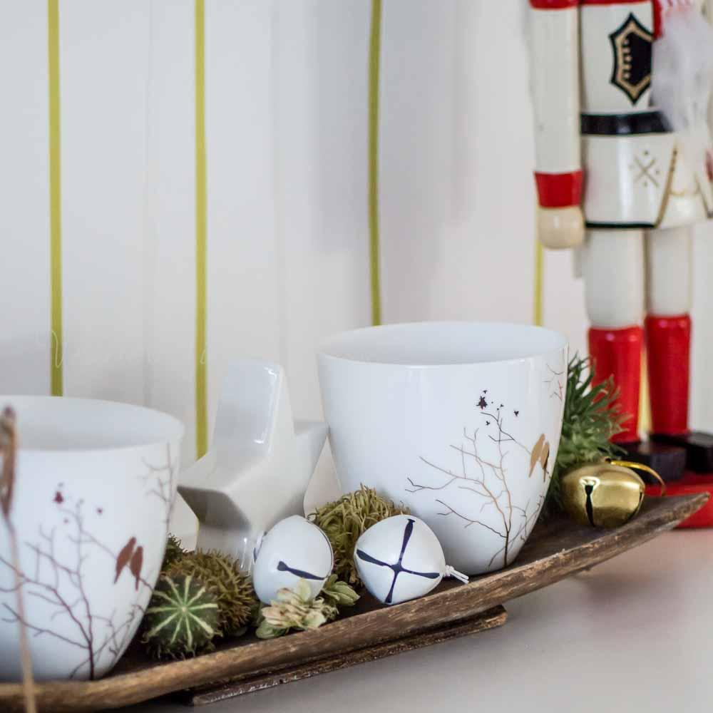 Weihnachtsdeko im Wohnzimmer: Tablett mit Ziergurken, Windlichter (Hübsch  Interior) und Metallglöckchen (