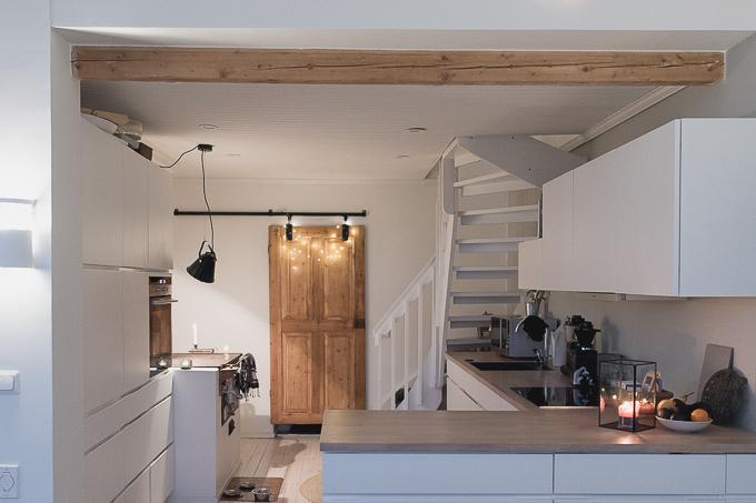 keittiö kvik mano, vanha ovi liukuoveksi, vanha puuliesi moderni keittiö