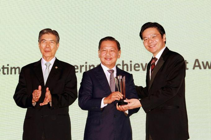 (From left) IES president Edwin Khew, Mr Liew Mun Leong (receiving the IES Lifetime Engineering Achievement Award 2017) and National Development Minister Lawrence Wong, at Tuesday night's event.