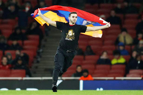 Bandera de Artsaj en el partido del Arsenal