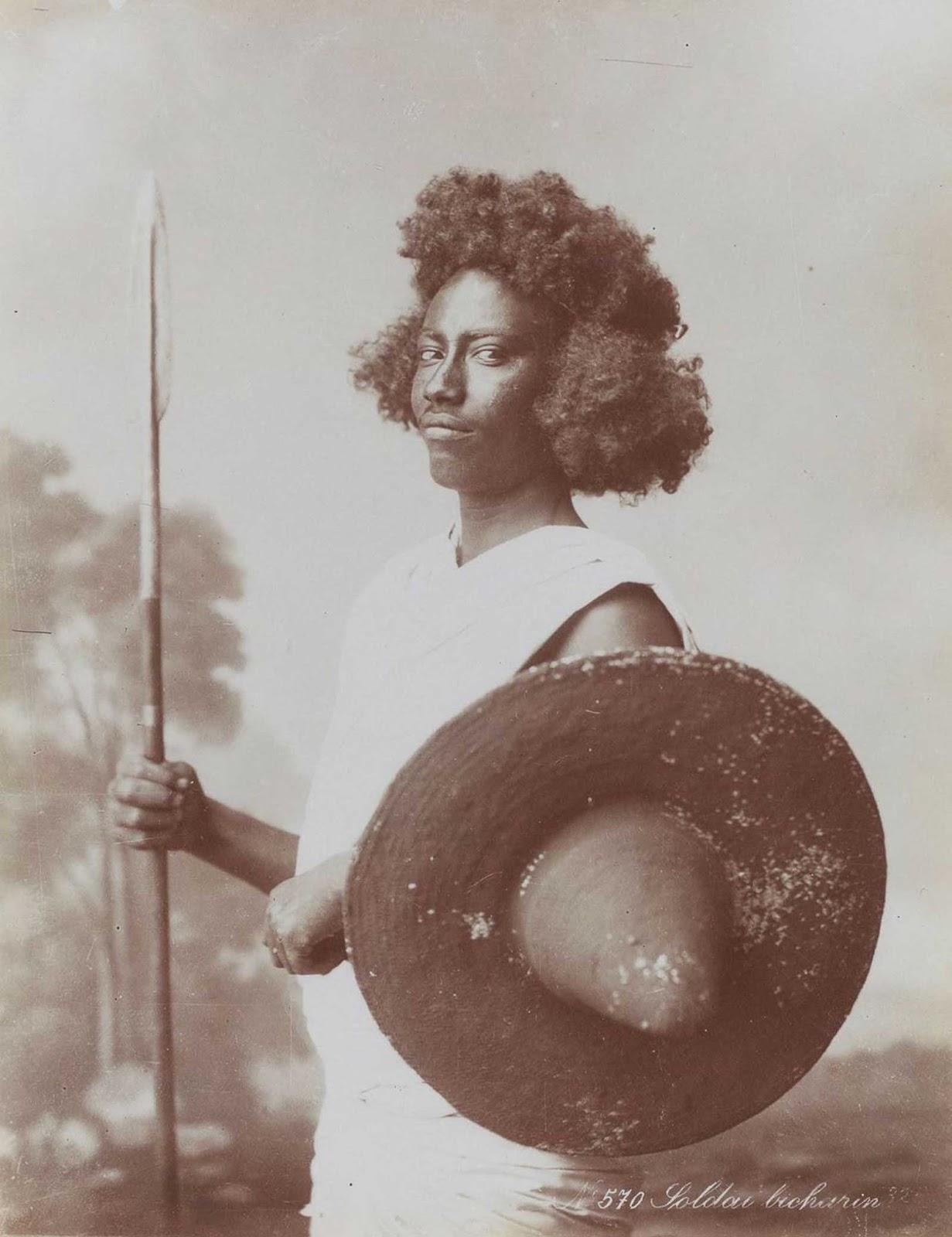 Un soldado bicharin. Los bicharin son una tribu del grupo étnico nómada beja que vive en el sur de Egipto y Sudán.