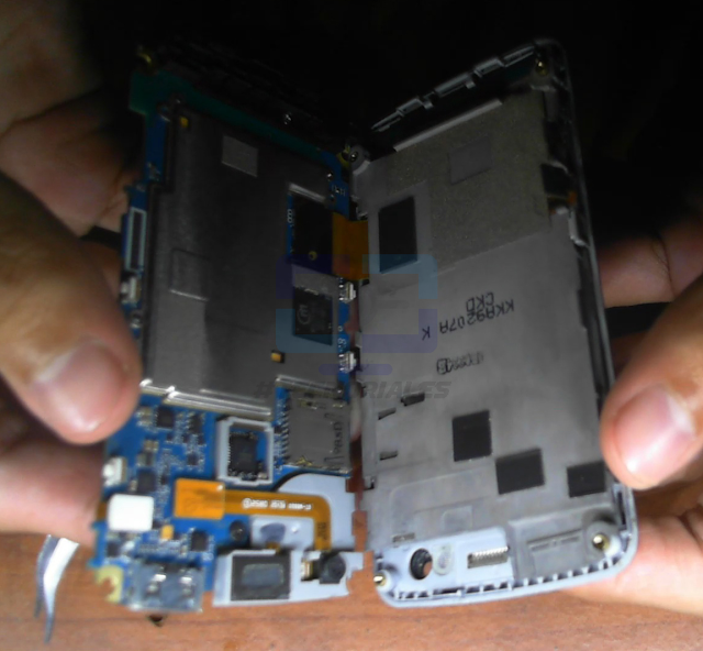 Separando tarjeta madre y pantalla del Samsung M8800.