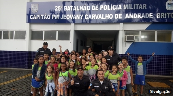 Alunos do bairro Poço Fundo visitam sede do 25º BPM