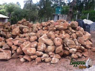Pedra moledo para construção de chalé com pedra, tanto para revestimento de pedra na parede com para parede de pedra com espessura de 20 cm a 30 cm.