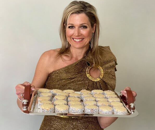 Queen Maxima wore a top by Claes Iversen, and a horsebit print silk twill blouse by Gucci. recipe, Alfajores de dulce de lech