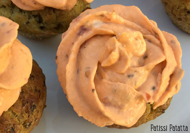 recette de cupakes pesto et tomate, cupcakes salés, mini cupcakes apéritif, mini cupcakes pesto et topping tomate, topping tomate, pesto apéritif,