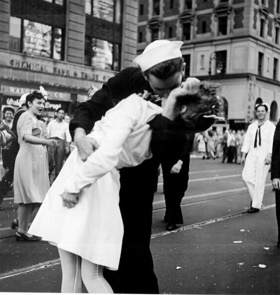 El famoso beso del día de la Victoria