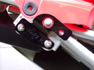 XR100モタードのヨシムラマフラーステーを加工し、ステーを外さなくてもカウルが取り外せるように加工します。