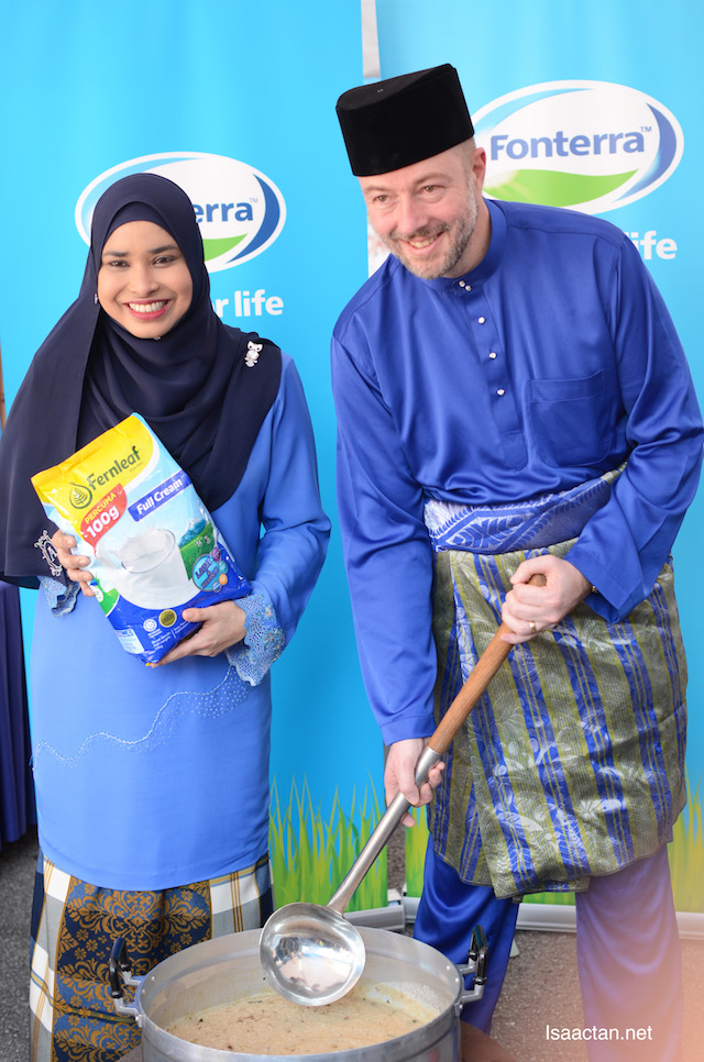 Puan Manisya Ismail, Cooperative Affairs Manager and Chairman of Halal Committee, Fonterra Brands Malaysia and Mr Jose Miguel Porraz-Lando, Managing Director for Fonterra Brands Malaysia and Singapore stirring the bubur lambuk