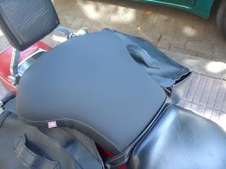 Asiento de moto trasero ensanchado y tapizado con antideslizante
