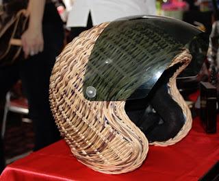 hiasan helm dari rotan