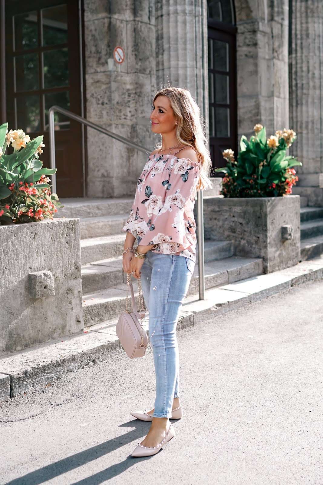 cold-shoulder-top-puderrosa-Offshoulder-jeans-mit-perlen-perlen Jeanshose-bloggerstyle-herbst-Outfit-jeanshose-helle-jeans-hose-Fashionblogger-fashionstylebyjohanna.