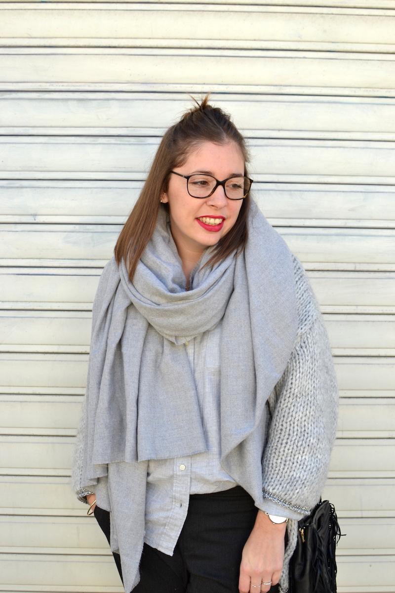 gilet en laine Pretty Wire, chemise grise Uniqlo, écharpe douce Zara
