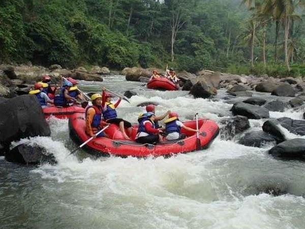 Arung jeram (rafting) di Sungai Citarik - Sukabumi