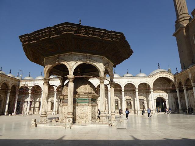fontana nella moschea di alabastro al cairo