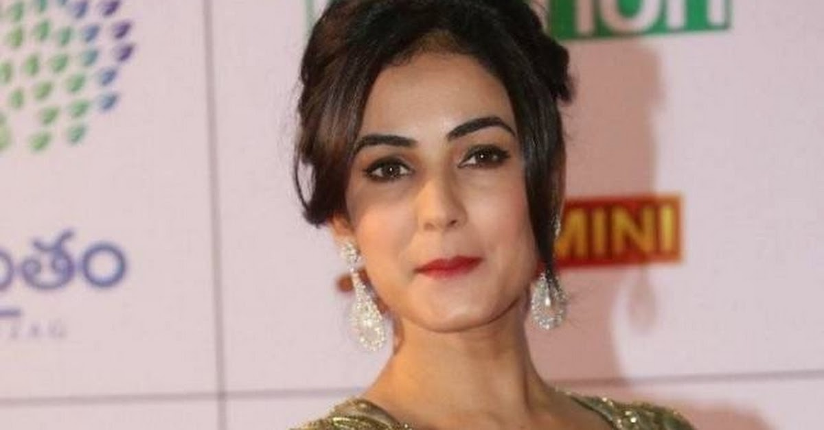 Actress Sonal Chauhan Hot Hd Pics In Golen Gown Dress