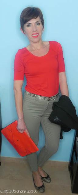 outfit rojo y caqui 01
