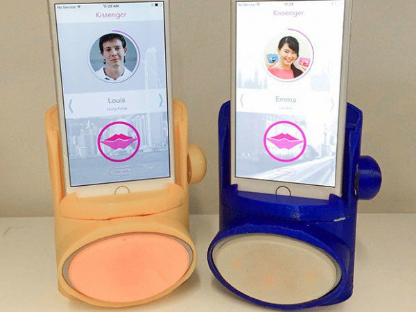 smartphone yang berfungsi sebagai alat untuk berciuman jarak jauh