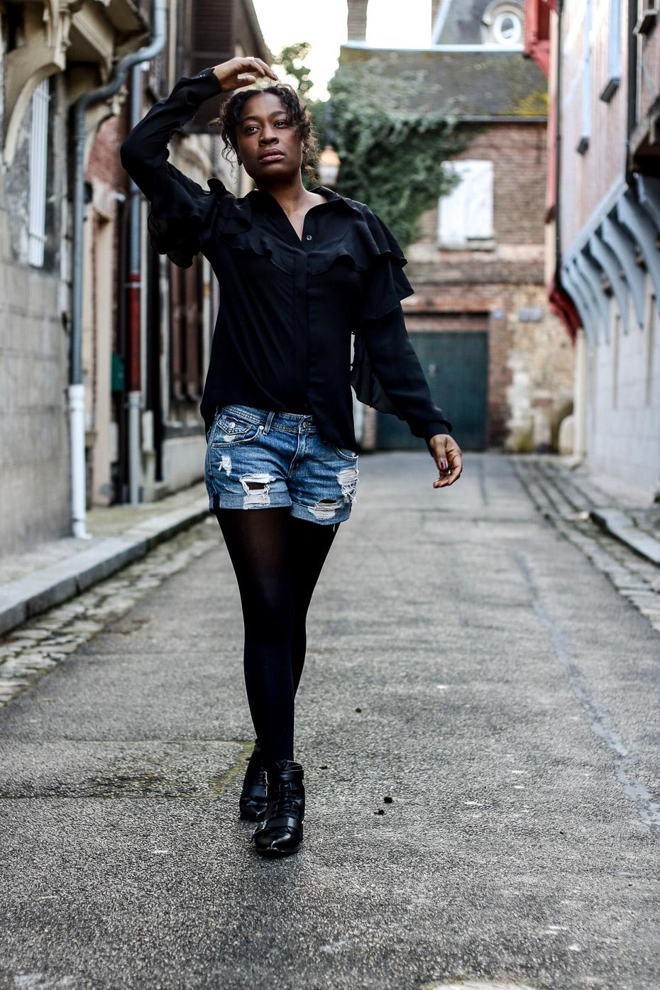 chemise-a-volant-short-en-jeans-troué