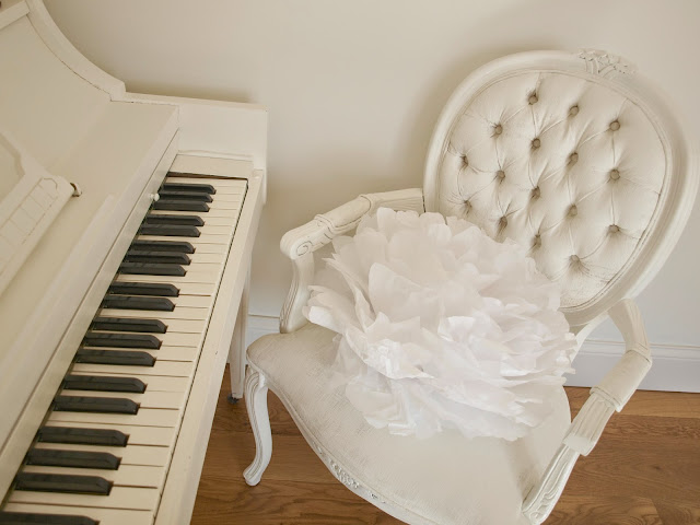 hellolovely-hello-lovely-studio-piano-white-french-chair-tissue-pouf