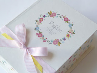 κουτί μαρτυρικών με λουλουδένιο στεφανάκι για κοριτσάκι