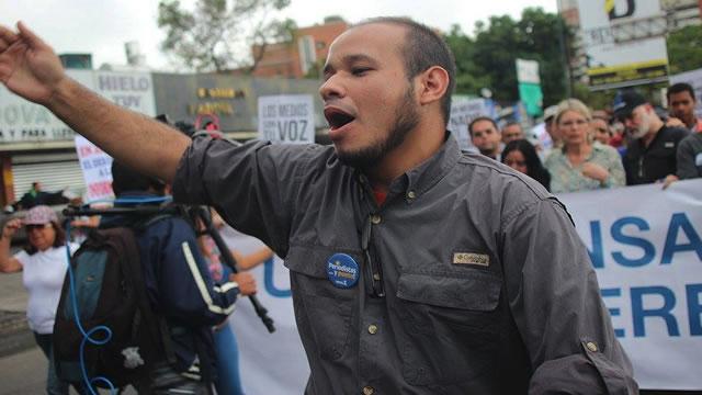 Sin el debido proceso, esposado y con presos comunes se encuentra el periodista Carlos Julio Rojas