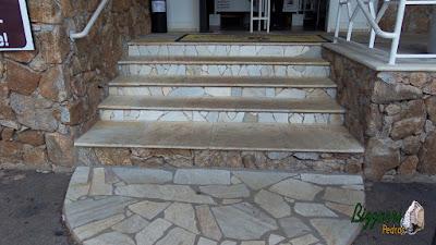 Detalhe da escada de pedra com pedra São Tomé branca nos degraus com a borda da pedra boleada com os espelhos de degraus com os cacos de São Tomé branco no Apiário Santo Antonio em Atibaia-SP.