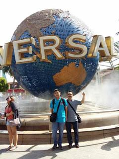 Bambang DC dan putranya di Universal Studio Singapura
