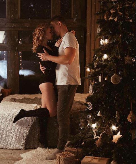 Romantyczna, seksowna, zimowa, świąteczna sesja zdjęciowa zrobiona przez Nika Sergah.
