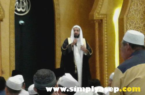 Syekh Essam Al Mizgagi, Imam Masjid SUNDA KELAPA dari Madinah, saat g membawakan Tausyiah kepada Jamaah masjid Mujahiddin Pontianak yang diterjemahkan oleh Ustad Hakim dari Masjid Munzalan  di Pontianak