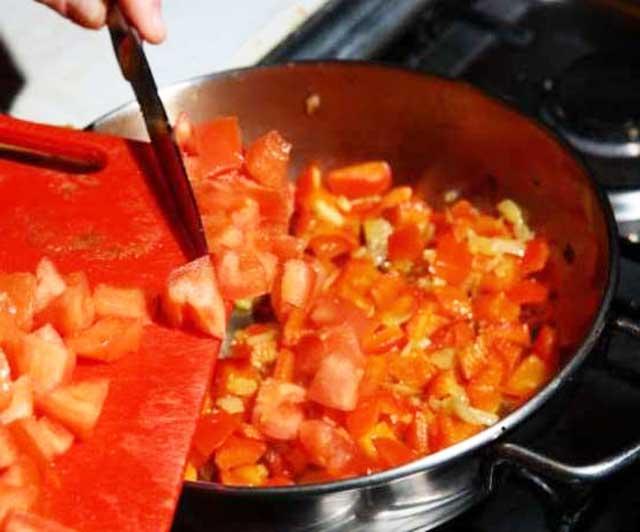 Добавляем к помидору уксус, перец и соль и слегка обжариваем.