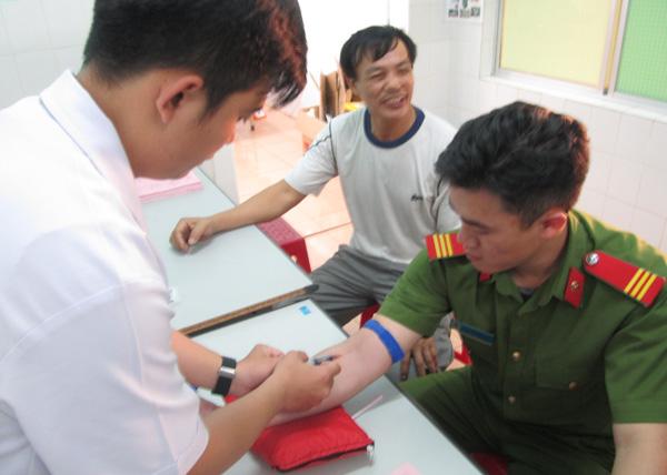 3 chiến sĩ Cảnh sát Cơ động Gia Lai hiến máu hiếm cứu một cháu bé thoát khỏi tay tử thần