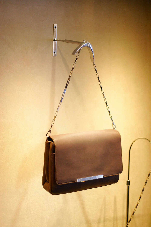 6d123dcae Небольшие сумки строгих форм отсылают к середине прошлого века.